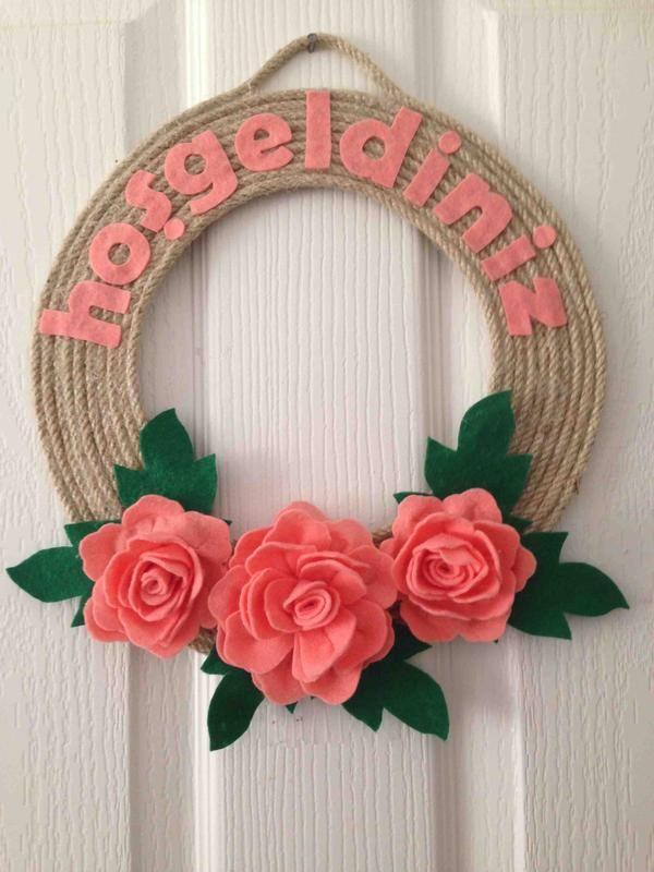 Keçeden somon rengi güllerle hazırladığım kapı süsü. evlerinizin dekorasyonunu tamamlayacak hoş bir aksesuar. istenen renkte hazırlanabilir