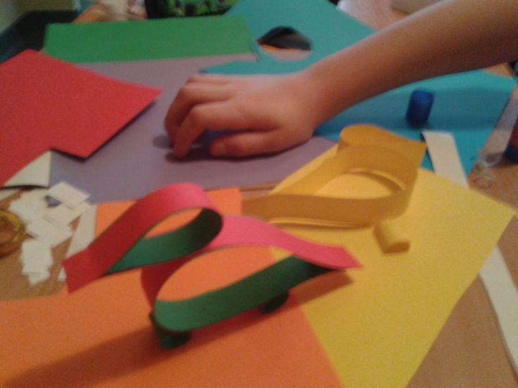 Papierowe konstrukcje. Ptaki z kolorowych pasków.