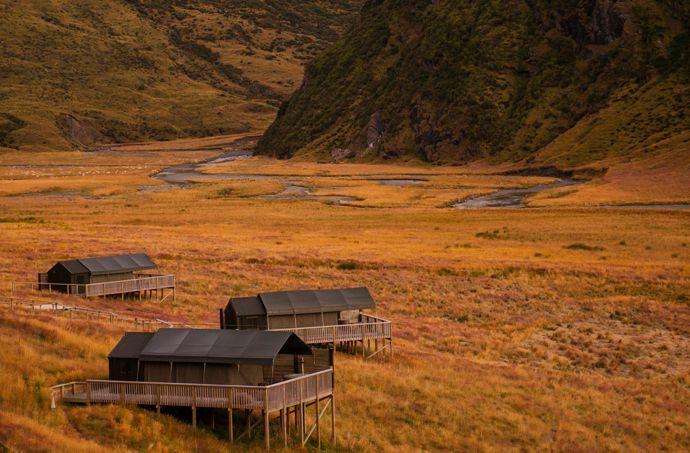 Situé dans les Alpes néo-zélandaises, le luxueux campement de Minaret Station est disposé en étoile dans une vaste prairie d'herbes jaunes et de graminées qui ondulent au vent.