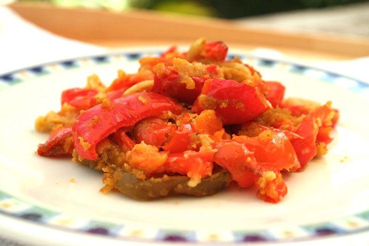 I peperoni ammollicati Bimby sono un contorno di peperoni, una ricetta siciliana famosa ed economica. Al forno o in padella, è una ricetta facile e veloce