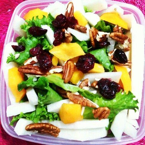 Ensalada de lechuga con jicama y durazno(arándanos,nueces y semillas de girasol)