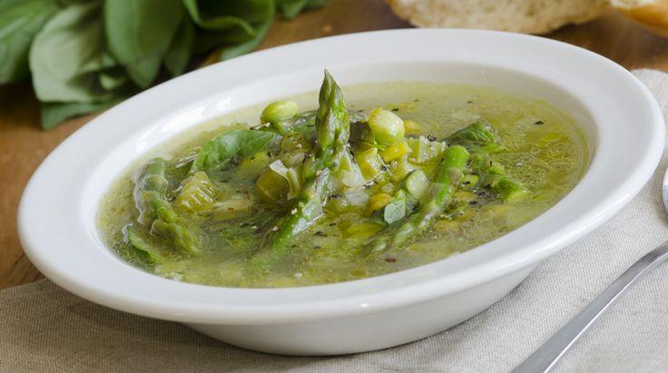 Zuppa di stagione più di ogni altra che conosco. E' la zuppetta che a Roma annuncia la primavera, a base di carciofi, fave, piselli e asparagi. Direi che l