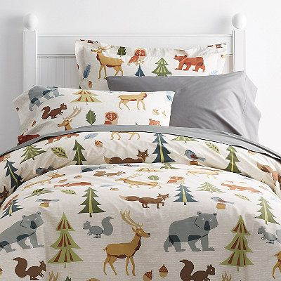 Covered with all their favorite forest animals, this kids' duvet cover brings outdoor charm into the bedroom