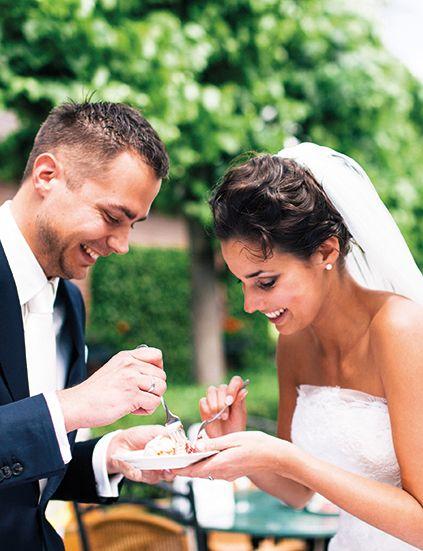 Samen van de bruidstaart genieten. Bij trouwlocatie Mereveld kunnen jullie binnen én buiten de taart aansnijden. #Mereveld Utrecht in TOP 5 populairste trouwlocaties van Nederland!
