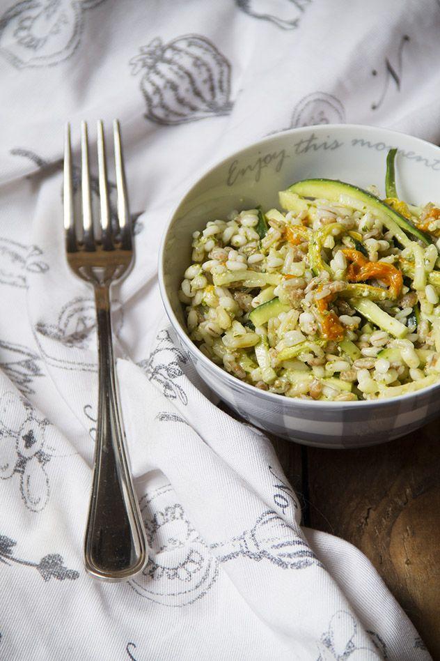 Insalata di cereali con zucchine, pesto e fiori