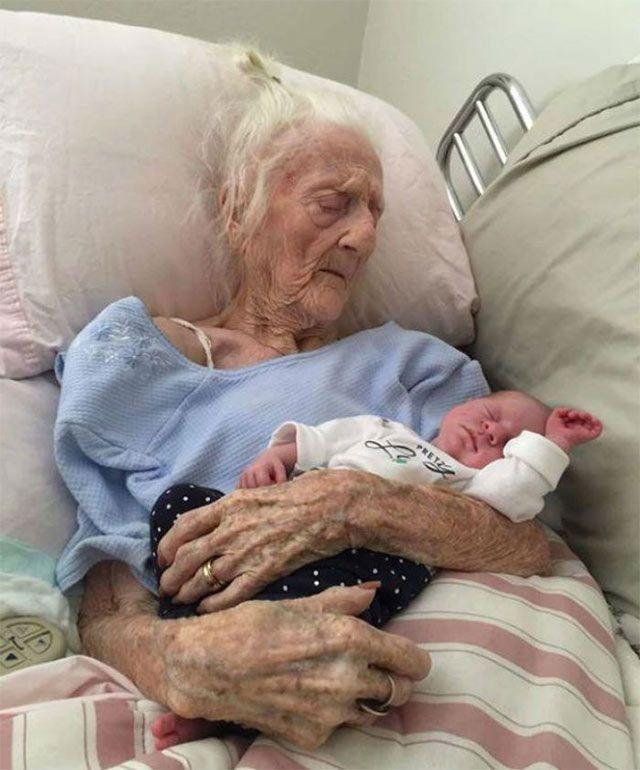 Lleva más de 2 millones de 'me gusta' foto de anciana con tataranieto