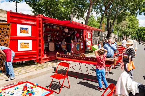Cette année, la Ville de Paris invite les petits et grands à participer à différentes activités gratuites et ludiques dans le cadre de la Stratégie parisienne pour l'enfance et les familles. Tout au long de l'été, les enfants pourront profiter de ludothèques mobiles, animées par les associations « à l'adresse du Jeu » et « Kaloumba » qui sillonneront la capitale jusqu'au 17 septembre prochain.