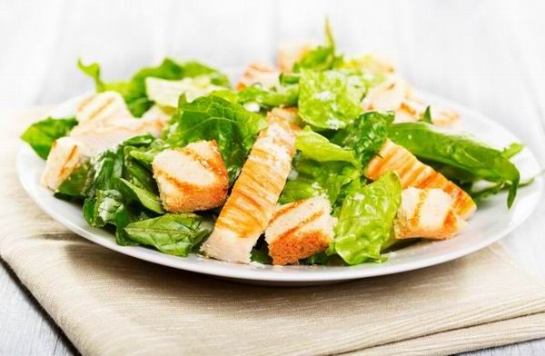 Kenyér, fokhagyma és tojás általában van otthon, ha egy kis római salátát, Worcestershire szószt és parmezánt is beszerzünk, isteni Caesar salátát készíthetünk.