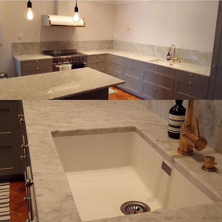 Ett underbart kök med massor utav Carrera marmor och en underlimmad vit Silgranit. Stilrent och tidlöst i en perfekt combo! Trevlig helg! #diskho #kök #bänkskiva #stilren #stenskiva #silgranit #blancosverige #skanco #kitcehnsink #kitchen #diskbänk #underlimmad #carrera #marmor #vitt #vitdiskho by blancosverige