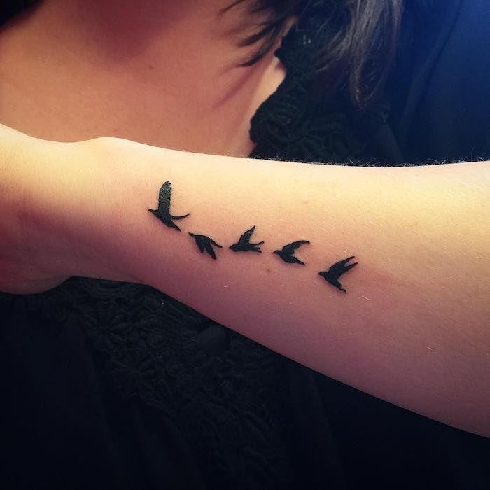 Spiksplinternieuw unterarm tattoo, kleine tattoo motive, schwarze fliegende vögel LD-19