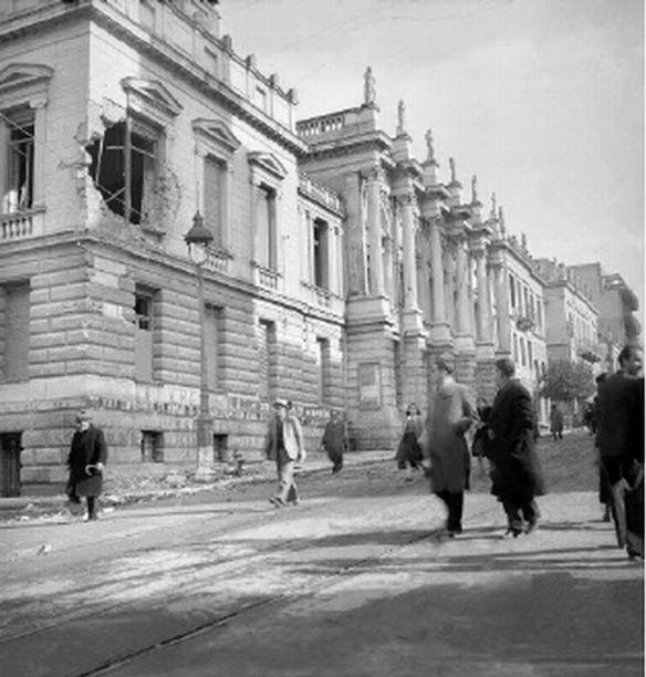 Το Εθνικό Θέατρο κατεστραμμένο.  Αθήνα, Δεκέμβριος 1944