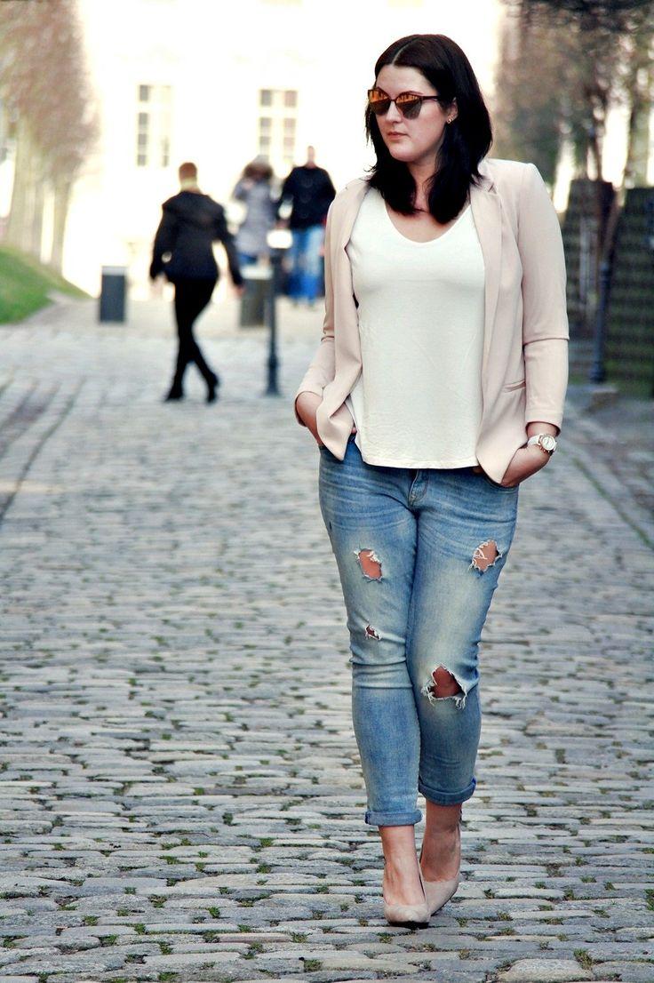 Rosa Blazer mit weißem Shirt und ripped Jeans. Mehr dazu auf dem Blog: www.kurvig-schoen.de