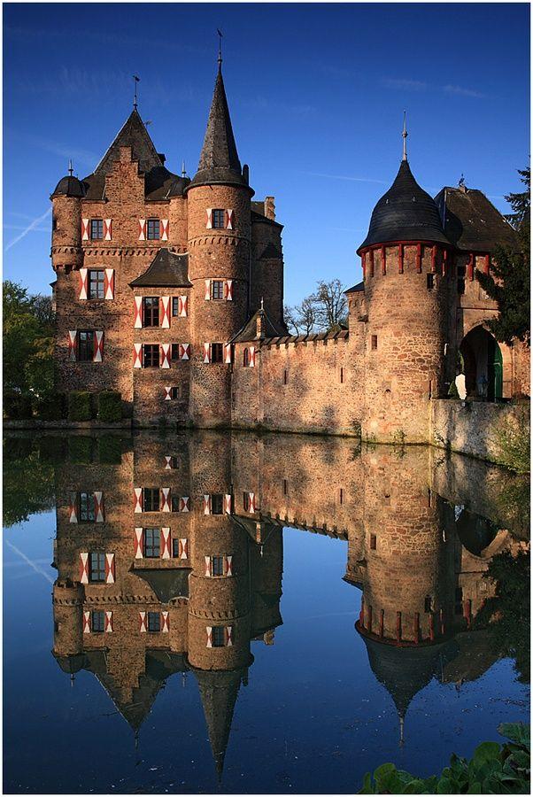 Satzvey Castle-  Burg Satzvey  Wasserburg,   liegt am nordöstlichen Rand der Eifel in Mechernich (Ortsteil Satzvey) im Kreis Euskirchen, Nordrhein-Westfalen (Deutschland).