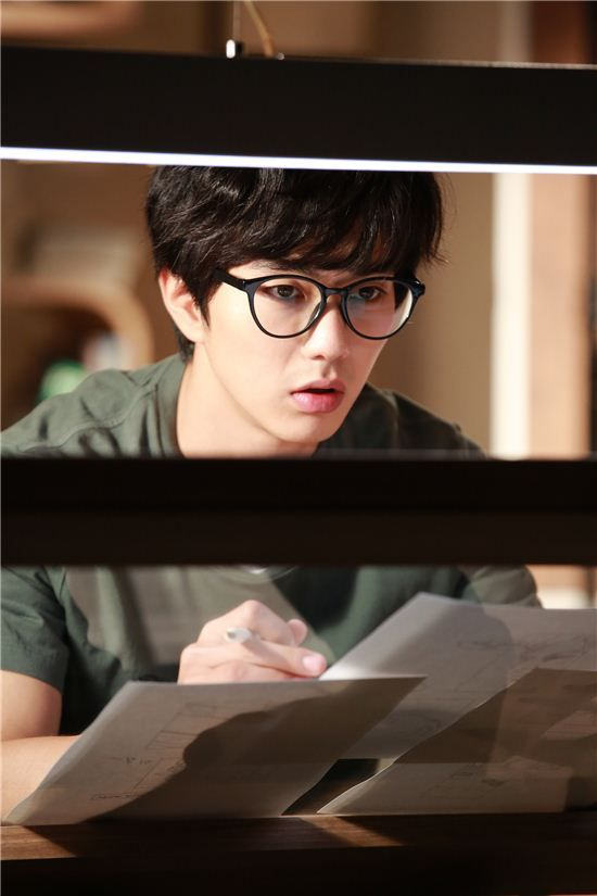 "Yoo Seung Ho Is a Handsome Webtoon Artist in New ""Imaginary Cat"" Stills"