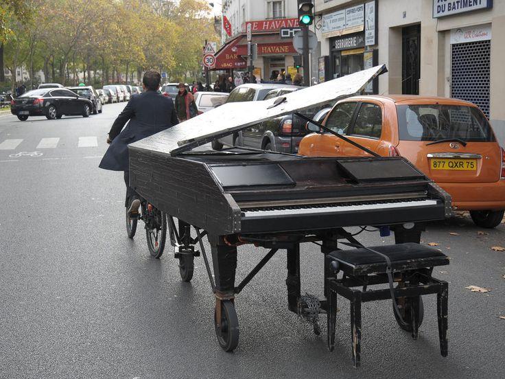 """Transportant son piano à vélo, il vient jouer devant le Bataclan. Attentats à Paris, janv. 2015. IL joue l'hymne à la paix """"Imagine"""" de John Lennon."""