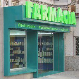 Esta es la parte exterior la farmacia. Se vende drogas.