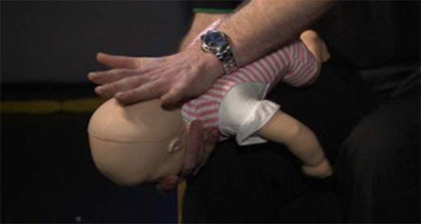 Si vous remarquez que votre bébé n'arrive pas à respirer, tousser, pleurer, ou parler, cela veut dire qu'il s'étouffe. Dans ce genre de situations, les voies respiratoires de l'enfant sont obstruées, ce qui rend la respiration difficile ou impossible.Ainsi, chaque parent doit savoir comment réagir, afin de dégager les voies respiratoires de son bébé et …