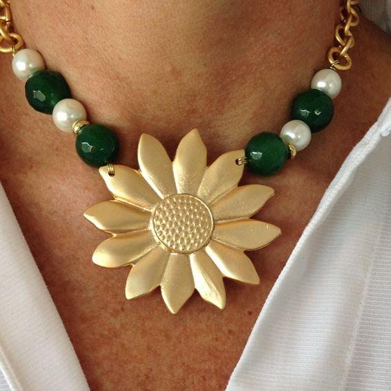 Girasol con ágatas verdesy perlas de rio blancas