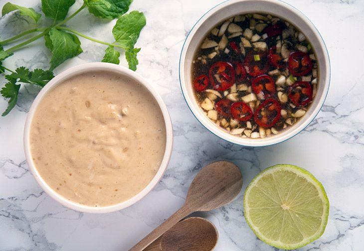 peanut sauce og sur sød chili dip - opskrift og perfekt til asiatiske retter