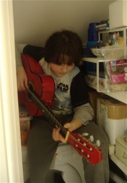 Teach you kid to play the guitar. Guitars for Kids. Advice about which child's guitar to buy.