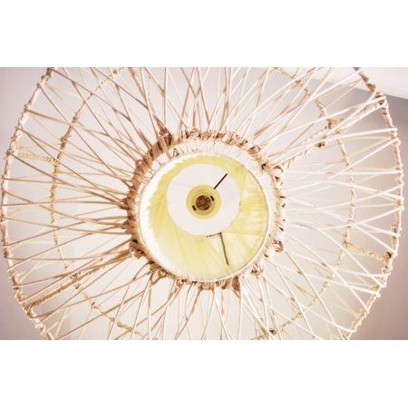 Lampa rattanowa wisząca, o naturalnym kolorze, wykonana ręcznie na metalowym stelażu.