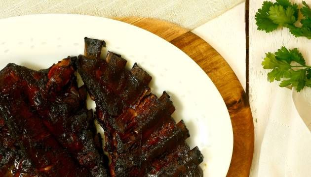 Teriyaki, miel y mostaza, yogur y cardamomo o barbacoa. Con estas marinadas, suspirarás de placer carnívoro porque las costillas te van a quedar más jugosas que en el restaurante.