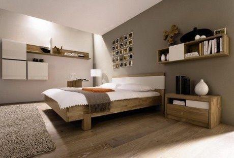 Peinture mur chambre lin et taupe, parquet lit et chevets en bois clair. linge de lit blanc et plaid taupe: