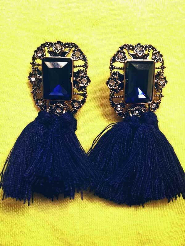 Aretes con borlas color azul oscuro