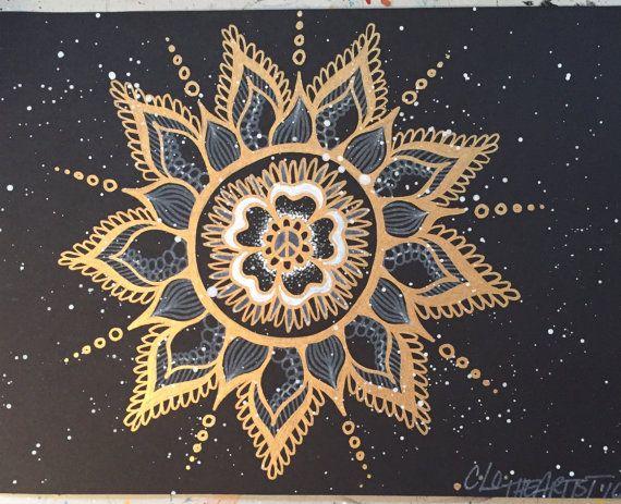 Gouden vrede Mandala is op een zwarte media papier en meet 8.5 X 11. Mandala gebeurt met een pen goud metallic lak. Heeft witte splatter effect. Teken van de vrede in het midden van de Mandala. Dit is een originele kunstwerk.  🌸 Schepen met kleine gratis geschenk.