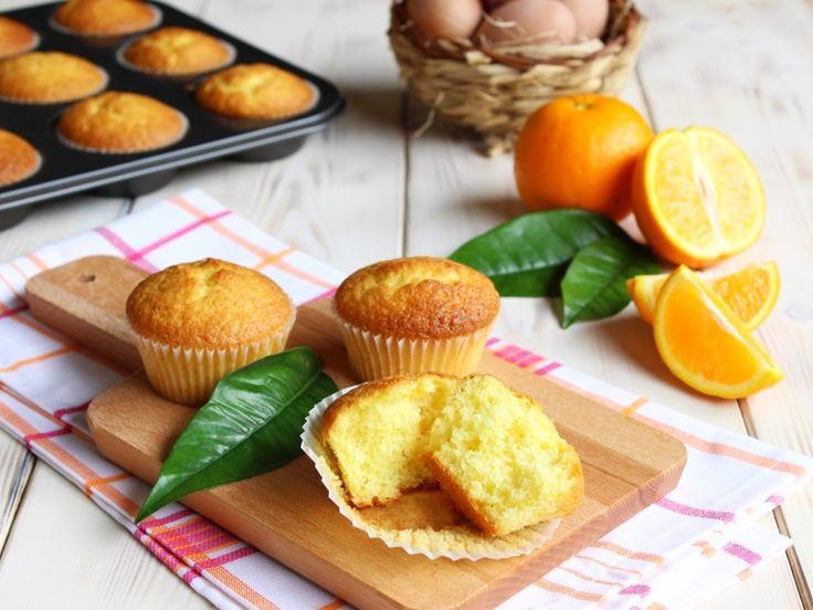 I muffin all'arancia sono dei soffici muffin dolci preparati con tanto succo d'arancia. Ricetta per preparare i muffin all'arancia con succo e buccia d'arancia
