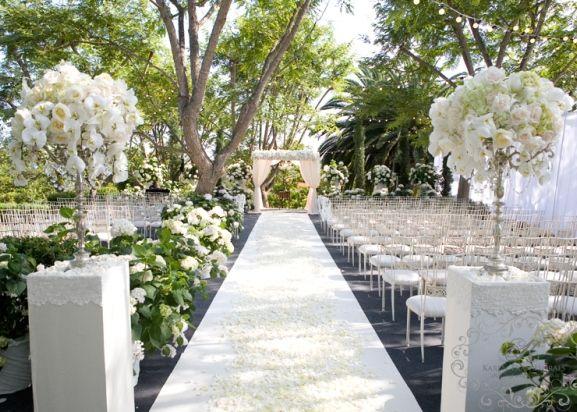 Vous allez célébrer votre mariage en extérieur mais vous hésitez encore sur la décoration pour la cérémonie ? Pas de panique ! Nous avons...