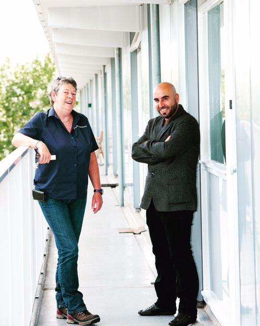 """Stagiair Kamiran: """"Ik wil iets teruggeven en groeien in Nederland, ervaring op doen"""". De Syrische Kamiran liep 3 maanden stage bij huismeester Maike. Lees het hele verhaal: https://wonenbreburg.nl/over-ons/nieuws/stagiair-kamiran-ik-wil-iets-teruggeven-e"""