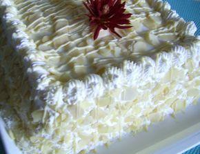 Reteta culinara Tort cu mousse de ciocolata alba si lămâie din categoria Torturi. Cum sa faci Tort cu mousse de ciocolata alba si lămâie
