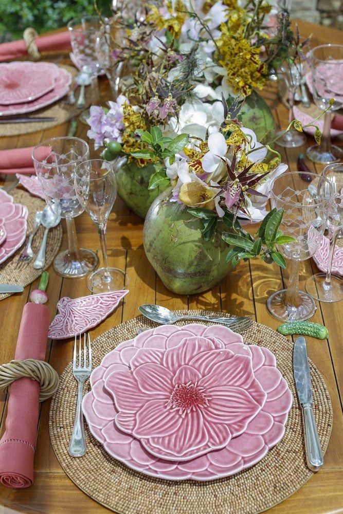 O que faz o verão ser a estação mais alegre e comemorada do ano são as cores, os sabores e, claro, os encontros!  Inspiradas nesta ideia, montamos uma mesa com mood tropical, sugestão para uma tarde gostosa à beira do mar ou da piscina, ou, ainda, diante do jardim!