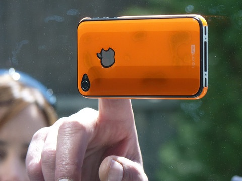 Our resin skin guards have an incredible anti-slip property. Here the orange fluor skin guard for the iPhone 4/4S