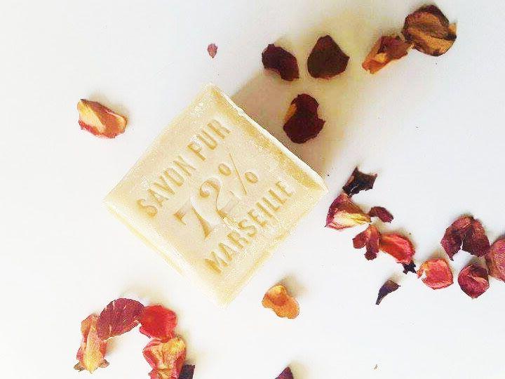 Ecologique, économique et naturel, quoi de mieux que le savon de Marseille ? #SavondeMarseille #Naturel #economic #MArseille #Marseillesoap #Natural #naturalbeauty #rose #flower #vegetal #nature #savonpur #extrapur #madeinfrance #white   Découvrez nos gammes de soins du corps et de bien-être ici : www.lepetitlourmarin.com !