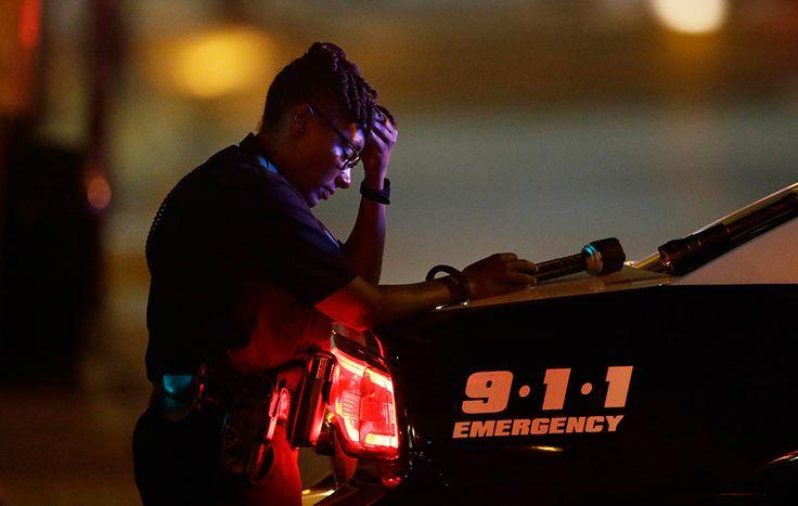 Un agente de la policía llora la muerte de cinco compañeros a manos de varios francotiradores en Dallas (Estados Unidos), el 8 de julio de 20116.