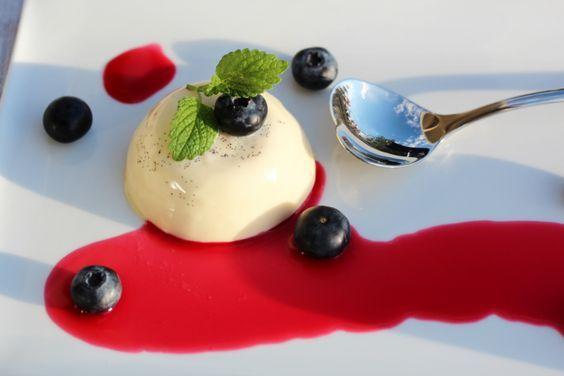 Panna cotta med bringebærsaus og blåbær - Trines matblogg -