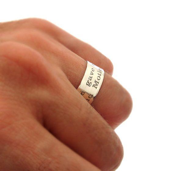 טבעת בלתי נשכחת עשויה מכסף אמית טהור 925 בעבודת יד! גם תכשיט יוקרתי ואיכותי מכסף סטרלינג וגם תוספת אישית ומרגשת לבחירתך לחריטה על הטבעת.  הפוך את המתנה הקלאסית טבעת למתנה מרשימה מעוצבת והכי חשוב מרגשת שתגרום לה להרגיש מיוחדת . אתה יכול לבחור ציטוט ,משפט מיוחד או תאריך שיגרום לה לחייך.  פשוט המתנה שתכבוש כל אחד ותעלה לכם חיוך ענק. ועוד בעיה שפתרנו על הדרך הטבעת מתכוונת כך שלא צריך לחשוש מגודל רצוי פשוט עולה על כולם. המתנה המושלמת.   פרטים:  כסף 925  גודל - מתכוונן  בעת ההזמנה ...