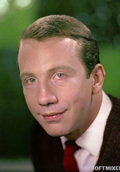 Савелий Викторович Крамаров известный советский и американский актёр театра и кино, заслуженный артист РСФСР