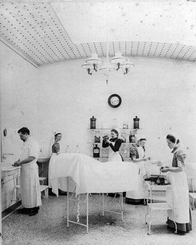 Operatiekamer van het Diaconessenhuis (Achter Twijnstraat 30-33) te Utrecht, in het zwart freule Van Bylandt.