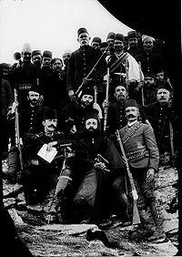 Ο Γερμανός Καραβαγγέλης με τον Ιταλό αξιωματικό της Διεθνούς διαμεσολάβησης, μαζί με Οθωμανούς αξιωματικούς.