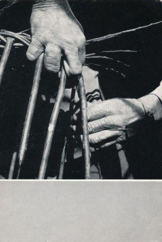 Werkende handen. Working hands. Oude ambachten. Die in aantal afnemen. De manden vlechters.