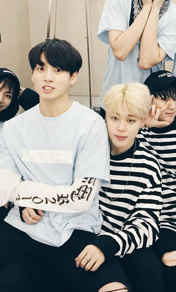 i like how yoongi and taehyung both unmistakably came into frame whilst their boyfriends cheat on them.. i love yoonmin and taekook