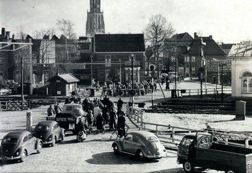 Spoorwegovergang vanaf de Puntenburgerlaan naar het Smallepad. Aan de overkant begint de Van Asch van Wijckstraat, die toen een ander verloop had. Het witte gebouw rechts is een voormalig stationnetje.