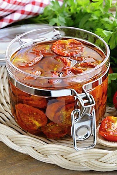 Sušená rajčátka vonící po bylinkách a česneku se skvěle hodí jako ingredience k dalšímu použití, například do omáček, na špagety apod., nebo se dají jen tak mlsat a zapíjet dobrým vínem.