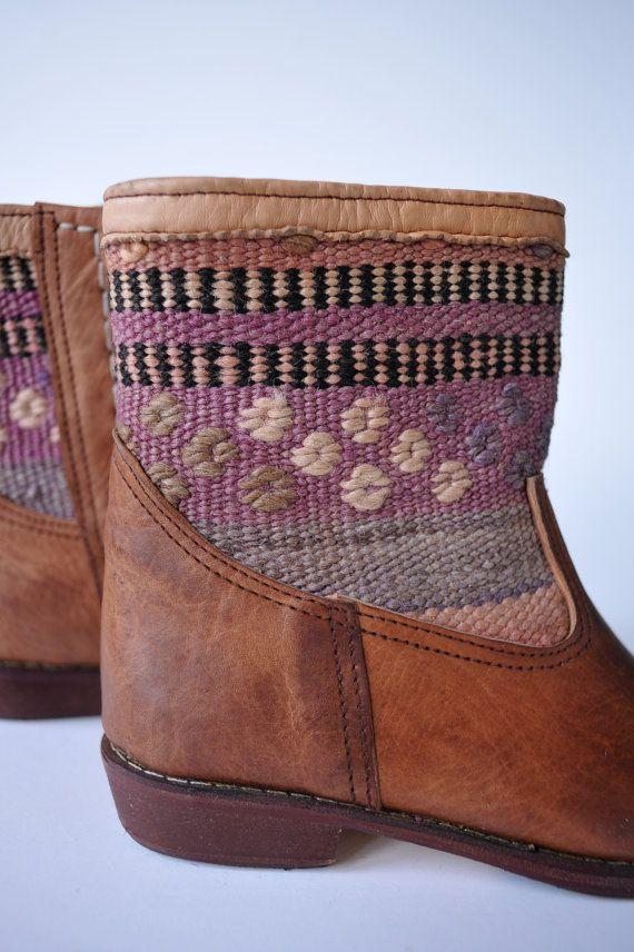 Originales botas de Kelim de Marruecos Hecho a mano de vintage alfombras Kelim con cuero liso, alta calidad Talla 38,5 (UE), 7 en Estados Unidos.  De fabricación local en Essaouira, un pequeño surfertown en Marruecos
