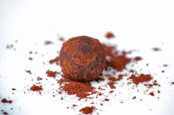 Sunde og lækre dadelkugler af dadler og kakao. Virkelig lækre og smager syndigt uden at være det. Sund konfekt til jul og hele året
