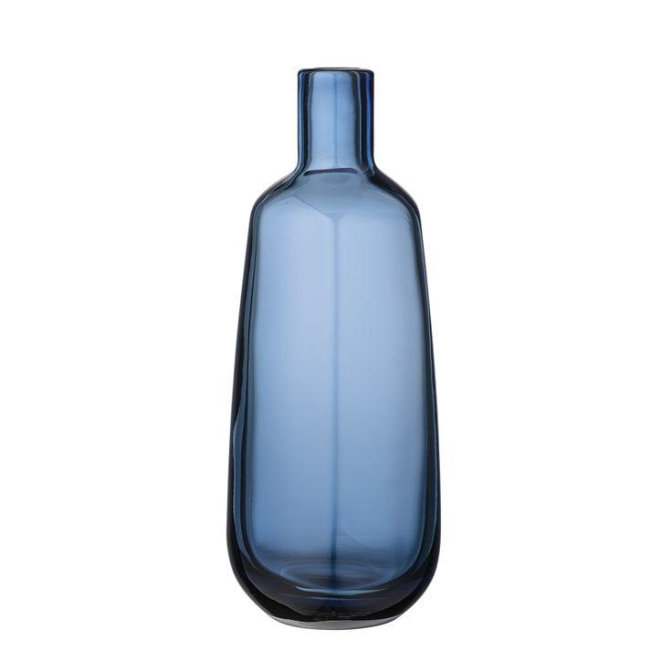 Piękny szklany wazon w nowoczesnym stylu w kolorze niebieskim marki Bloomingville. Bardzo przyciągający uwagę, świetna forma, prostota i minimalizm. Oryginalna ozdoba sama w sobie. Wazon Navy Glass Idealny na prezent!  Wysokość 25,5 cm Średnica 10 cm