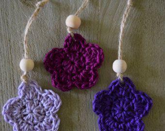 Leuke kleine bloemen/sterren hangers. De hangers zijn gehaakt. Voor decoratie. Met een houten kraal en echt touw. Afmetingen: Bloem/ster: 5cm Totale lengte: 12,5 cm Worden per 3 verkocht.  Vind meer creaties hier: http://www.hobbydingen.etsy.com  Voor een bestelling op maat kun je een bericht sturen. Volg ons op Instagram: @hobbydingen Volg ons op Facebook: http://www.facebook.com/hobbydingen Bezoek onze blog: http://www.hobbydingen.wordpress.com